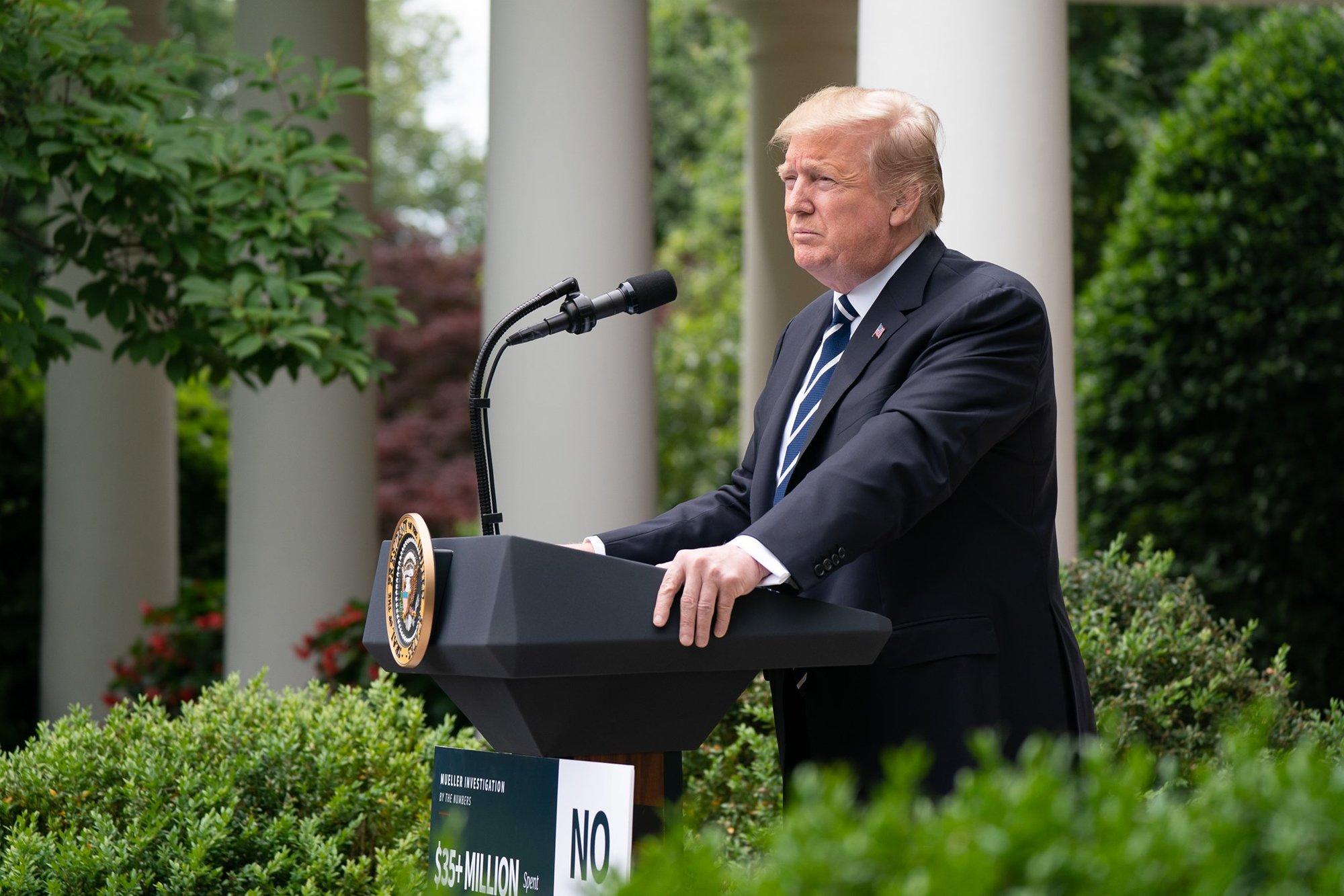 Nejvýše postavený americký generál Mark Milley podle chystané knihy novinářů Boba Woodwarda a Roberta Costy dvakrát tajně zavolal svému čínskému protějšku kvůli obavám, že by tehdejší prezident USA Donald Trump mohl rozpoutat válku s Čínou. Poté, co Trump prohrál volby, pak generál údajně podnikl sérii kroků, aby mu zabránil v případném použití jaderného arzenálu. Milley dnes prohlásil, že civilní vedení armády nikdy neobcházel, a Bílý dům následně v prohlášení uvedl, že prezident Joe Biden generálovi nadále plně důvěřuje.