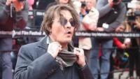 Johnny Depp na červeném koberci v Karlových Varech. (27.8.2021)