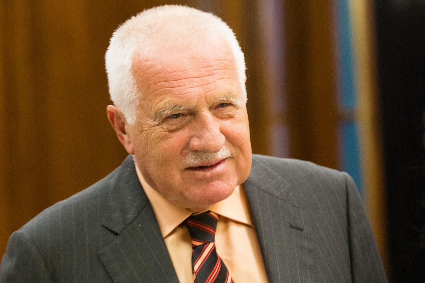 Bývalý prezident Václav Klaus dnes krátce přes 11:00 odjel z Ústřední vojenské nemocnice v Praze, kde byl od úterý kvůli potížím s vysokým tlakem. Čekajícím novinářům řekl, že se cítí dobře a totéž popřál i svému nástupci Miloši Zemanovi, který ve stejné nemocnici zůstává.