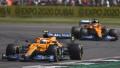 Daniel Ricciardo před svým týmovým kolegou Landem Norrisem