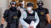 Policisté eskortují muže obviněného kvůli požáru v Bohumíně.
