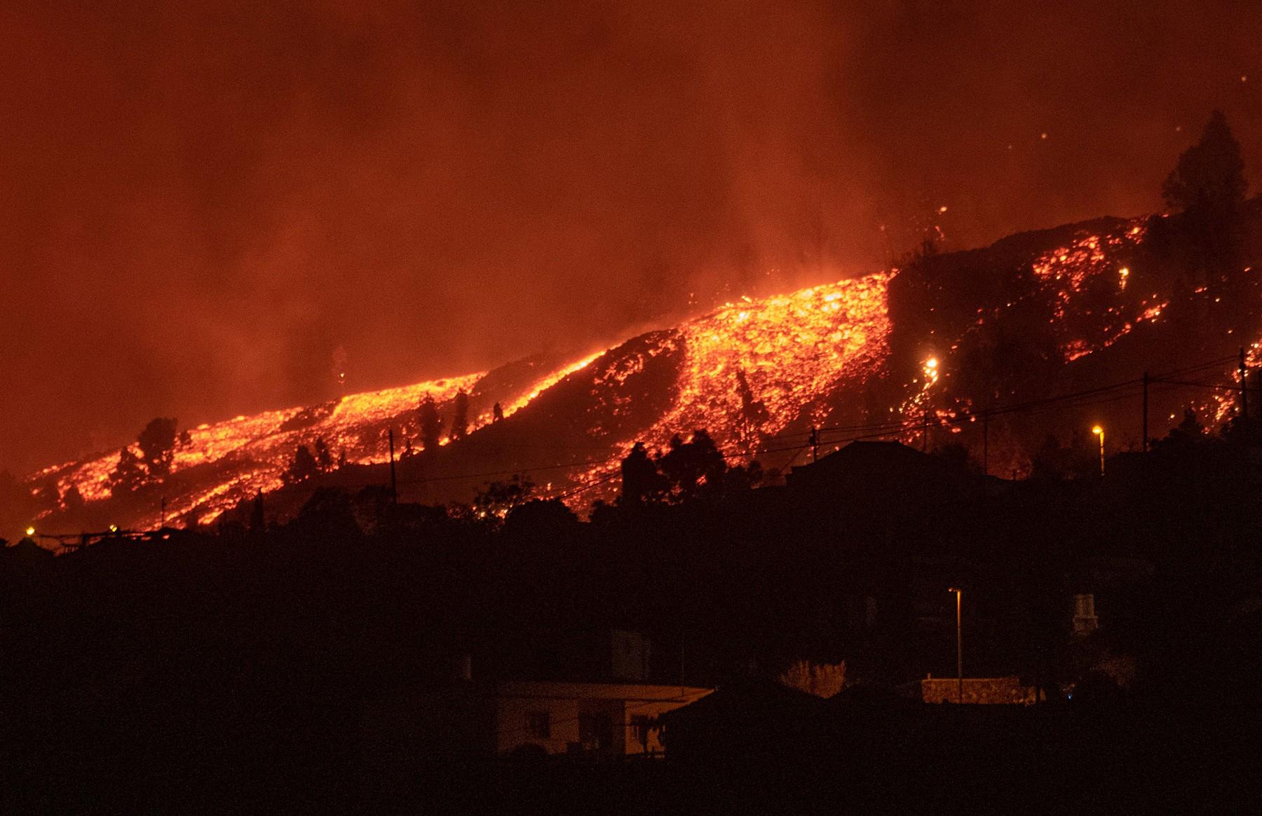 Na španělském ostrově La Palma, jednom z Kanárských ostrovů, evakuovali kvůli nedělní erupci sopky Cumbre Vieja na 5000 lidí. Oběti ani zranění nejsou hlášeni, zničena byla asi stovka domů a rozsáhlá území půdy.