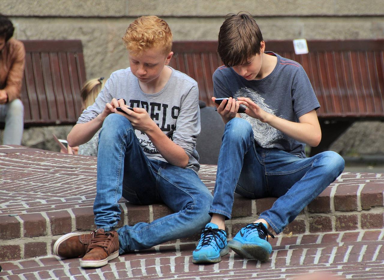 Během pandemie se v Česku zvýšil počet dospívajících, kteří nadměrně používali internet, zjistili vědci z výzkumného týmu IRTIS Masarykovy univerzity. Pandemie covidu-19 značně omezila možnosti mladistvých ve vzdělávání i trávení volného času.