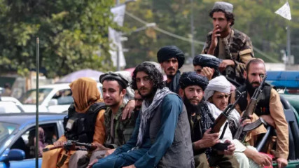 Tálibán pověsil na hlavním náměstí v západoafghánském městě Herát mrtvé tělo na jeřáb, oznámila agentura AP s odvoláním na svědka. Signalizuje to návrat některých metod, k nimž se islamistické hnutí uchylovalo v minulosti, poznamenala agentura.
