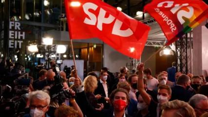 Německé parlamentní volby podle prvních odhadů vyhrála těsně sociální demokracie (SPD) před druhou konzervativní unií CDU/CSU. Rozdíl v procentním zisku obou stran je nicméně velmi malý, a není tak vyloučené, že se pořadí ještě změní. Vliv na to může mít i velké množství hlasů odevzdaných korespondenčně. Nárok na funkci kancléře už vznesli lídři obou formací: Olaf Scholz (SPD) i Armin Laschet (CDU/CSU). Záležet tak bude do značné míry na tom, s kým budou chtít do koalice vstoupit třetí Zelení a čtvrtí svobodní demokraté (FDP).